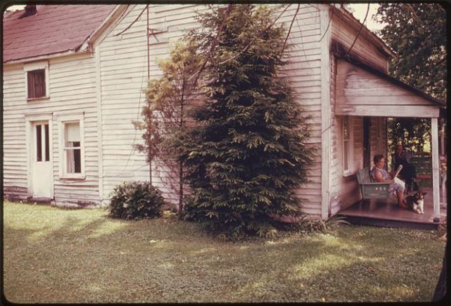 670px-residents_of_an_older_home_built_in_the_1850s_take_advantage_of_the_summer_weather_to_sit_on_their_front_porch_off-_-_nara_-_555580